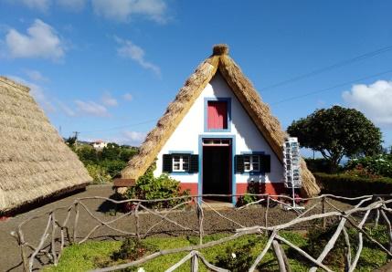 casas típicas em forma triangular, revestidas de colmo