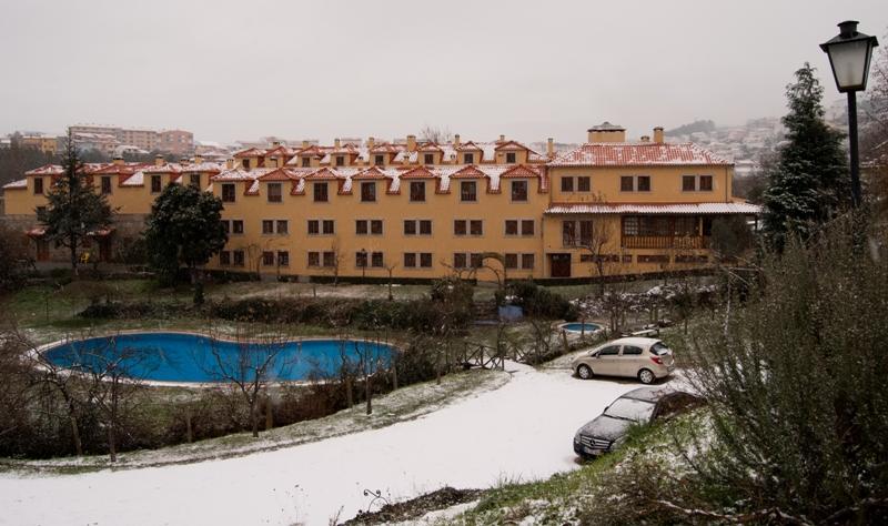 Vista geral da propriedade da Quinta do Crestelo, piscina grande, área circundante coberta de neve