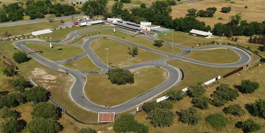 Vista superior da pista de Karting com área envolvente verde e arborizada